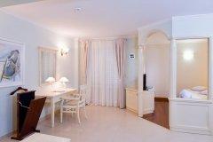 Apartament z osobną sypialnią balkonem i bocznym widokiem na morze